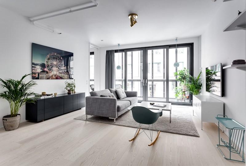 Khong gian phong khach rong rai thoang dang voi cac khung cua kinh lon dam chat thiet ke Bac Au - [ Top 12 + ] Mẫu thiết kế nội thất chung cư tại Hà Nội đẹp nhất